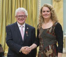 Jean-Guy Doucet reçoit la Médaille du souverain pour son implication chez Moisson MCDQ